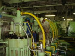 marine_engineers_on_main_engine